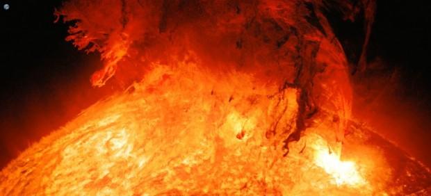 Imagen del Sol con la Tierra de fondo
