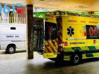 Ambulancia en la puerta de Urgencias en Valdecilla