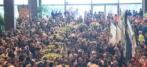 Asistentes al funeral por las víctimas del derrumbre del puente en Génova