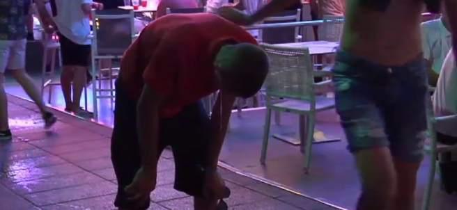 Un turista vomita en una calle de Magaluf