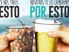 Un chiringuito de Castelldefels cambia un vaso de colillas por uno de bebida