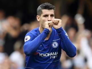 Álvaro Morata celebra un gol con la camiseta del Chelsea.