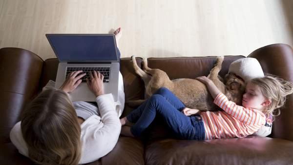 Trabajar desde casa podría ayudar a la conciliación