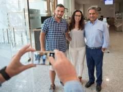 Dos visitantes posan para una foto con el presidente Revilla