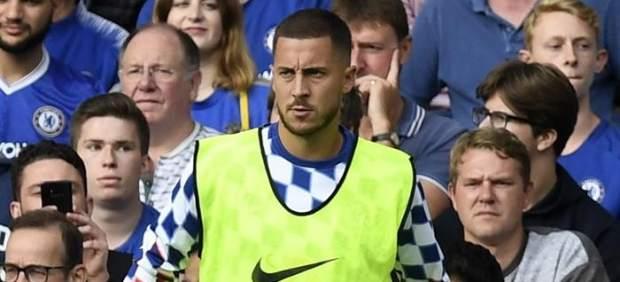 Eden Hazard, calentando en la banda de Stamford Bridge.