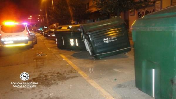 Un conductor choca contra dos contenedores