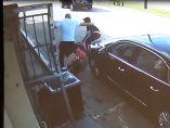 Arrastrada por unos ladrones cuando la intentaban robar