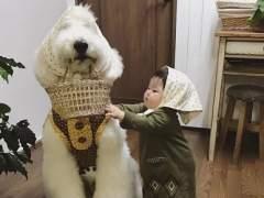 Una niña con un caniche gigante