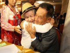 El emotivo reencuentro de las familias coreanas tras 65 años de separación