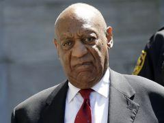 """Bill Cosby denuncia que ser declarado """"un violento depredador sexual"""" daña su reputación"""