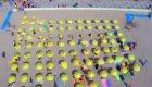 Colocan sombrillas amarillas en la playa de Blanes