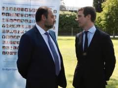 Casado (PP) conversa con el ministro Ábalos en el homenaje a las víctimas del accidente de Spanair