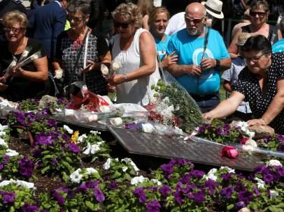 Ofrenda floral que ha tenido lugar en la Terminal 2 del aeropuerto de Barajas con motivo del décimo aniversario del accidente de Spanair.