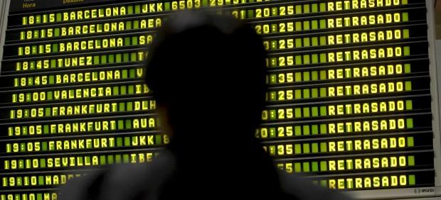 El aeropuerto de Gatwick se ve obligado a anunciar sus vuelos en pizarras por un problema con la ...