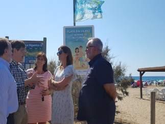 El consejero de Salud  con la alcaldesa de Águilas en la playa 'La Higuerica'