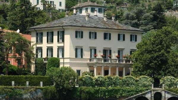 Vista del lago de la Villa Oleandra, Italia.