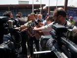 El líder del PP, Pablo Casado (c) atiende a los medios durante su visita al puesto fronterizo de Beni Ensar de Melilla.