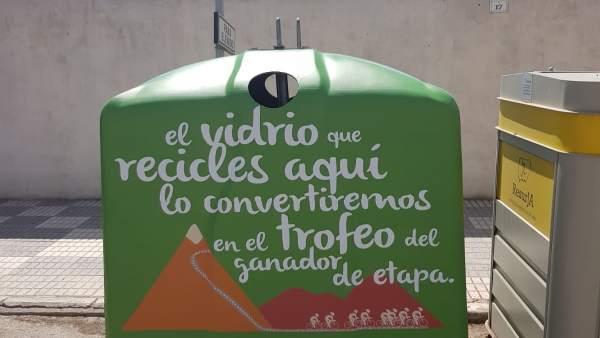Contenedor vinilado con la imagen de la campaña 'Recicla vidrio y pedalea'.