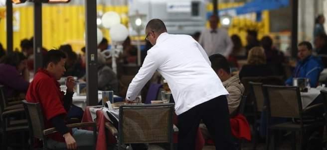 Imagen de un camarero trabajando en un bar
