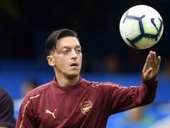 Mesut Özil, calentando con el Arsenal.