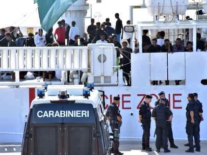 Miembros de la policía italiana patrullan en el puerto de Catania (Italia).