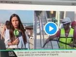 Un hombre besa la cabeza de la periodista de 'Más vale tarde' Elisabeth López