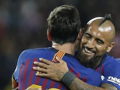 Arturo Vidal, celebrando un gol con Leo Messi.