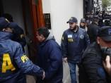 Policía llega al apartamento de Cristina Fernández para registro judicial
