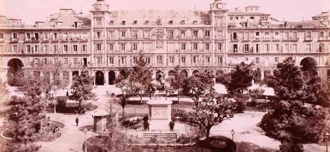 La Plaza Mayor de Madrid, alrededor del año 1870. Fotografía, papel fotográfico sepia, albúmina.  21x 28 cm