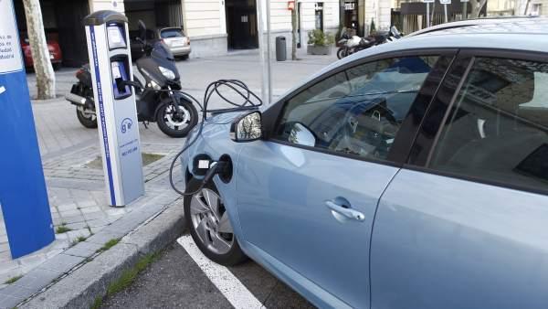 Un coche eléctrico realizando una recarga de la batería.