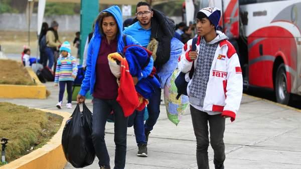 Venezolanos llegan al paso fronterizo entre Ecuador y Perú.