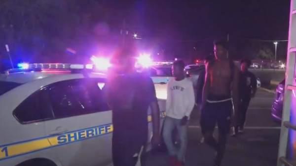 Patrullas de la policía en el lugar del tiroteo