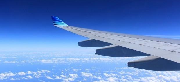 Imagen del ala de un avión en pleno vuelo.