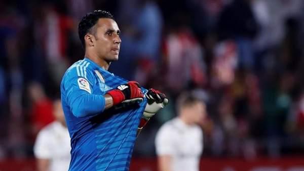 Keylor Navas se señala el escudo del Real Madrid.