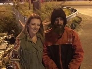 Imagen de Kate McClure con el indigente Johnny Bobbit (GOFUNDME).