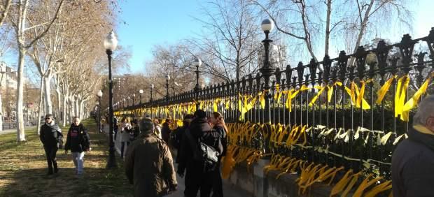 Lazos amarillos en la valla del Parque de la Ciutadella
