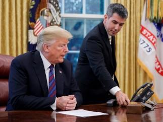 El presidente estadounidense, Donald J. Trump, inicia una comunicación con su homólogo mexicano, Enrique Peña Nieto, en el Despacho Oval de la Casa Blanca, en Washington, Estados Unidos.