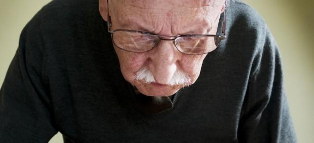 Mayor leyendo, dmae, lupa, anciano