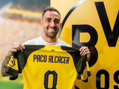 Paco Alcácer posa con la camiseta del Borussia Dortmund.