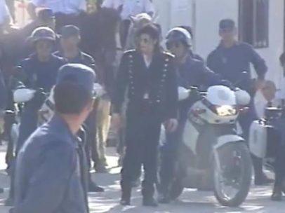 Michael Jackson, escoltado por la Policía Nacional