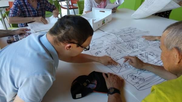 Usuarios del centro Ignacio Claver de Atades Huesca presentan un tebeo