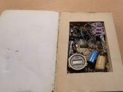 Libro con un mecanismo que simula una bomba encontrado en Badajoz