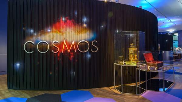 Acceso a la exposición 'Cosmos' organizada por la Biblioteca Nacional
