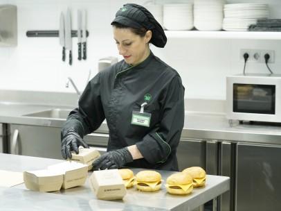 Elaboración de hamburguesas en el Centro de Coinnovación de Listo para Comer de Mercadona en Burjassot (Valencia).