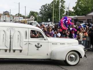 El coche fúnebre que transporta los restos mortales de Aretha Franklin.