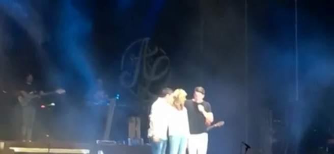 Momento en el que la madre de Diana Quer sube al escenario