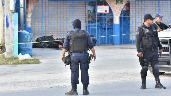 La Policía mexicana custodia la entrada al restaurante donde se han encontrado las bolsas