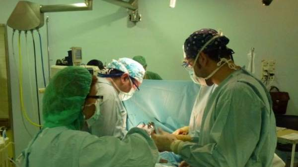 Operación de cirugía torácica en quirófano