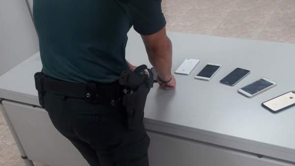 La Guardia Civil detiene a dos personas en Punta por el robo de seis móviles.