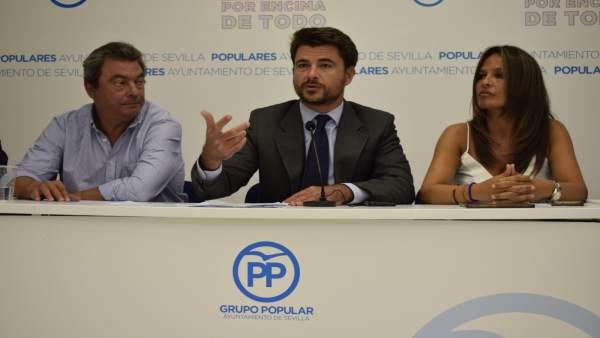 Beltrán Pérez, rodeado de Ignacio Flores y Evelia Rincón
